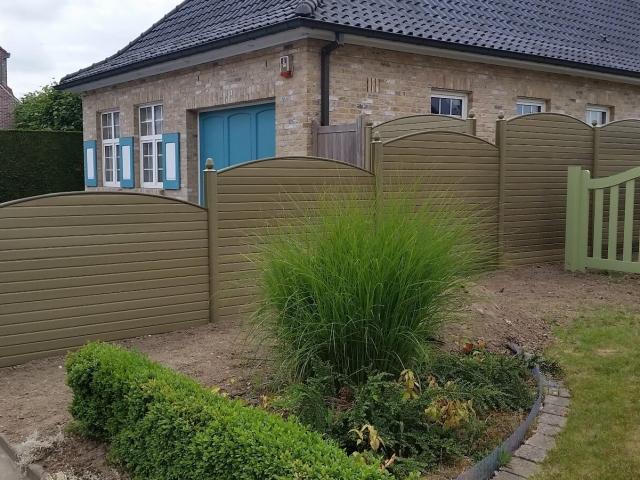 ECOfencing tuinscherm in de beige kleur met convex paneel afgewerkt