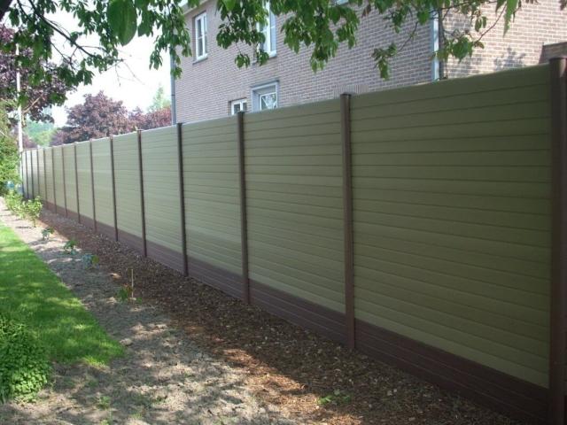 ECOfencing tuinscherm met beige panelen met bruine palen
