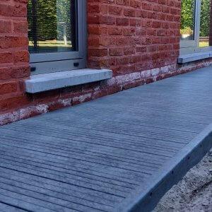 Govadeck terrasplanken als padje naast de woning