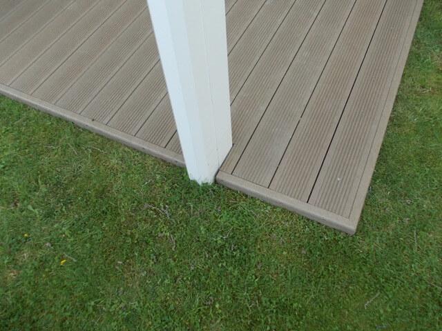 Govadeck terras - sand beige afwerking met plinten en netje uitgewerkt rond pergola