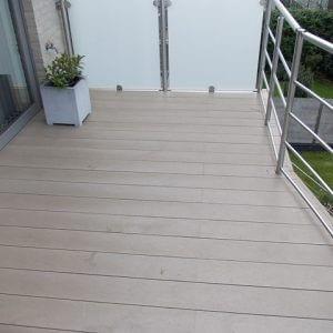 Govadeck terras op een balkon met planken netjes uitgewerkt rond de balustrade.