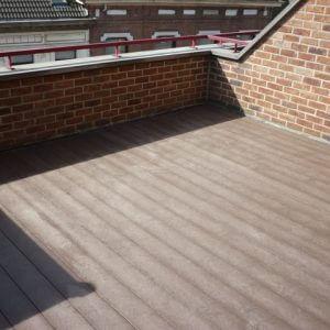 Kunststof terrasplanken in de vlakke versie op een balkon