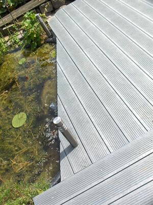 Govadeck kunststof terras in mineral grey, ideaal voor rond je vijver