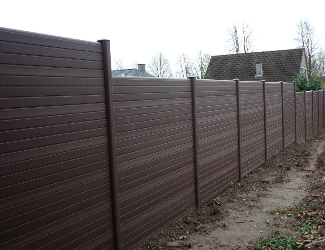ECOfencing tuinscherm bruin in trapvorm geplaatst