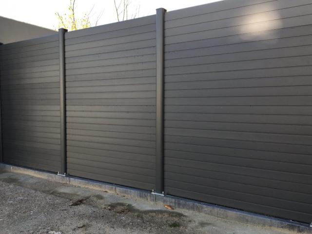 ECOfencing tuinscherm grijs geplaatst met grondplaten
