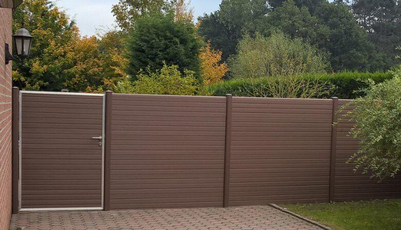 ECOfencing tuinscherm in de bruine kleur met poortje